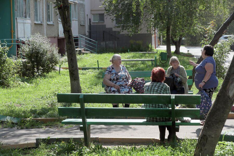 Местные жительницы во дворе дома