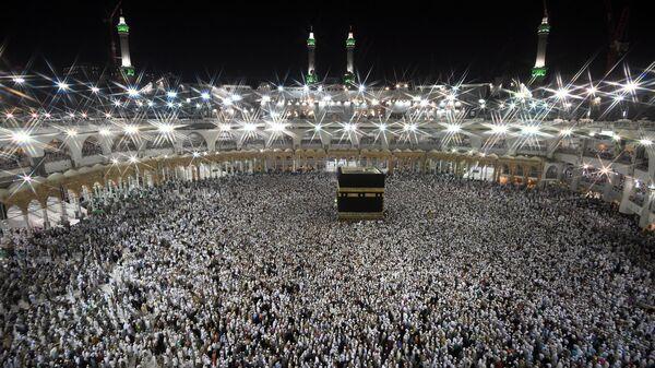 Паломники во время хаджа совершают обход вокруг Каабы в мечети Масджид аль-Харам в Мекке