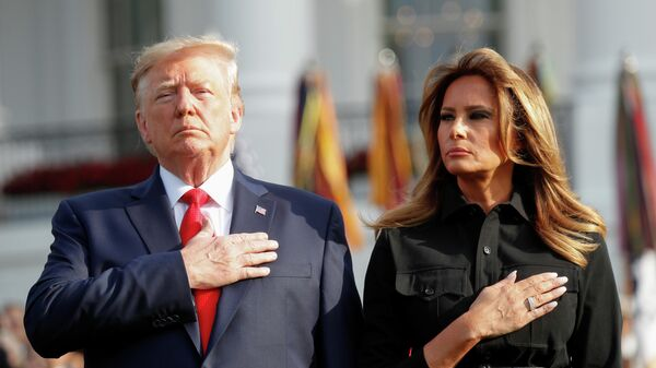 Президент США Дональд Трамп и первая леди Мелания Трамп во время минуты молчания, по поводу 18-ой годовщины нападений 11 сентября. Белый дом, Вашингтон, США. 11 сентября 2019