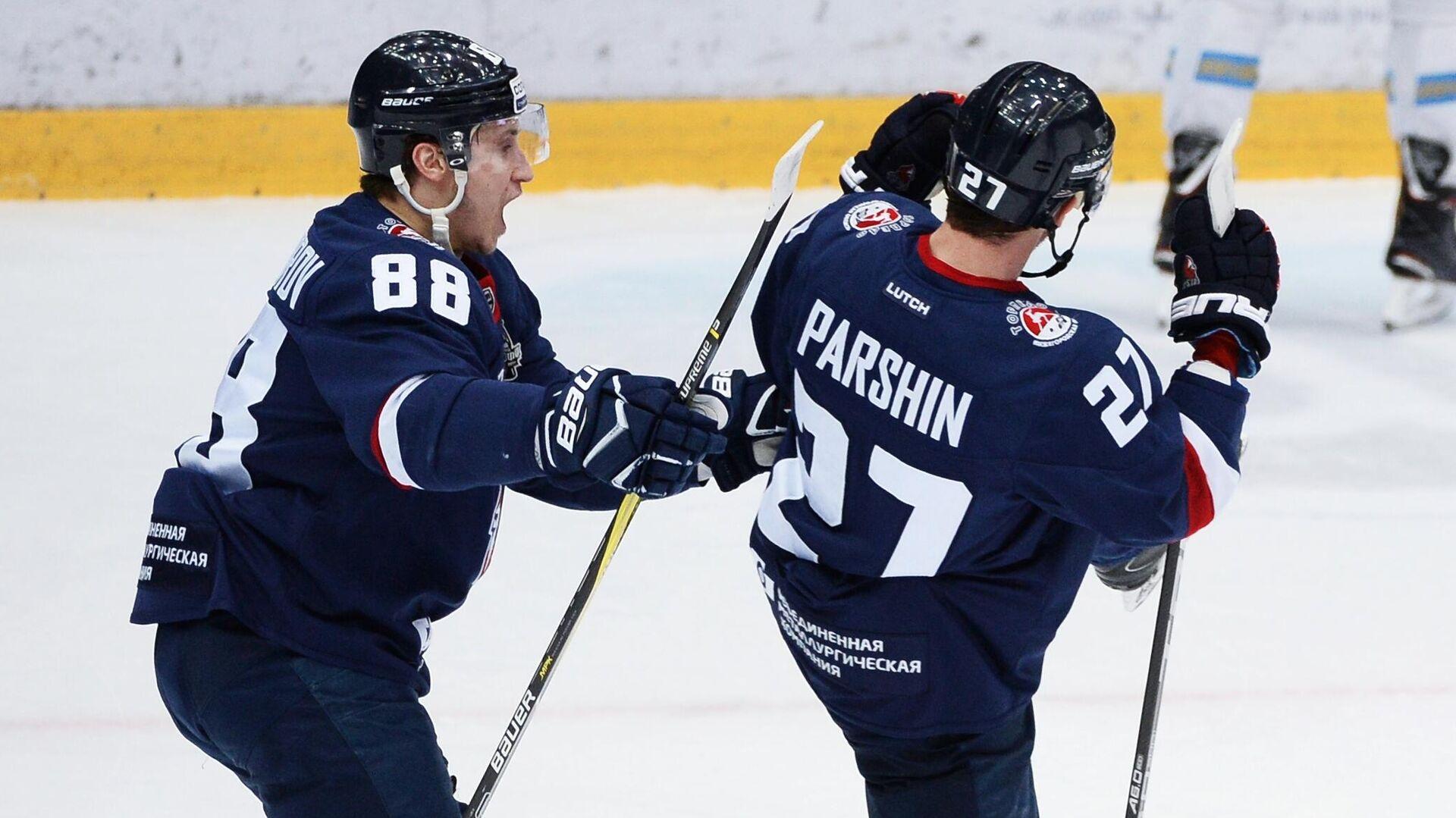 Игроки Торпедо Дамир Жафяров (слева) и Денис Парши - РИА Новости, 1920, 01.12.2020