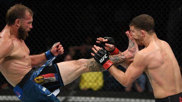 Дональд Серроне (слева) во время турнира UFC