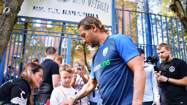 Чемпион мира по футболу в составе сборной Италии Франческо Тотти общается с детьми