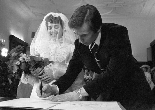 Советские фигуристы Ирина Роднина (слева) и Александр Зайцев (справа) в день бракосочетания.