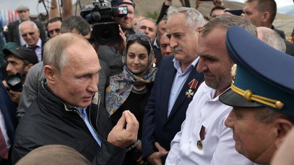 Президент РФ Владимир Путин во время общения с местными жителями перед возложением цветов к памятнику участникам Великой Отечественной войны, локальных войн и ополченцам - участникам боевых действий на территории Дагестана в 1999 году