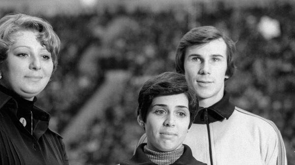 Ирина Роднина (в центре) и Александр Зайцев (справа) со своим тренером Татьяной Тарасовой (слева).
