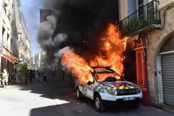 Горящий автомобиль французской полиции в Монпелье, Южная Франция