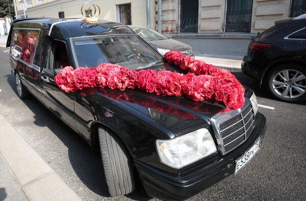 Автомобиль, на котором приехали режиссер Константин Богомолов и телеведущая Ксения Собчак