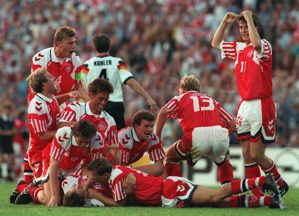Футболисты сборной Дании радуются победе