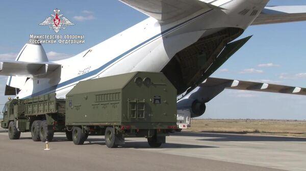 Погрузка в самолет Министерства обороны РФ компонентов зенитных ракетных комплексов С-400 Триумф, предназначенных для доставки в Турцию