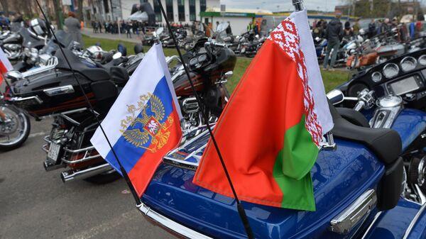 Флаги России и Белоруссии на мотоцикле в Минске