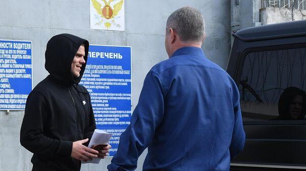 Александр Кокорин у КПП исправительной колонии №4 города Алексеевка Белгородской области