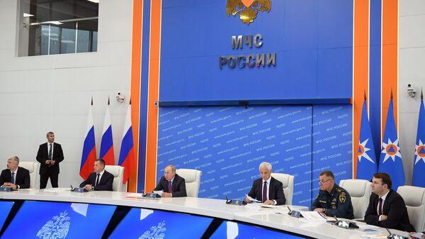 Президент России Владимир Путин в кризисном центре МЧС проводит совещание по вопросам ликвидации последствий паводков на Дальнем Востоке