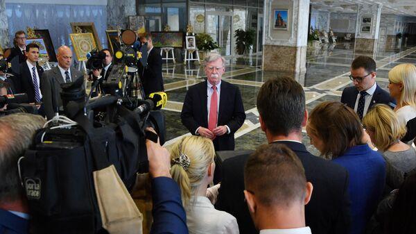 Советник президента США по национальной безопасности Джон Болтон общается с журналистами в Минске после встречи с президентом Белоруссии Александром Лукашенко