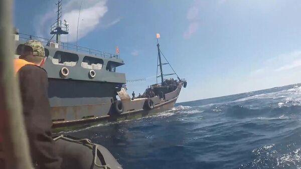 Одно из судов северокорейскийх браконьеров в исключительной экономической зоне Российской Федерации в Японском море во время их задержания пограничным управлением ФСБ России по Приморскому краю.