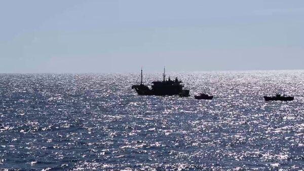 Судна северокорейскийх браконьеров в исключительной экономической зоне Российской Федерации в Японском море во время их задержания пограничным управлением ФСБ России по Приморскому краю