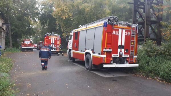 Пожарные на территории завода ВИЗ-Сталь в Екатеринбурге