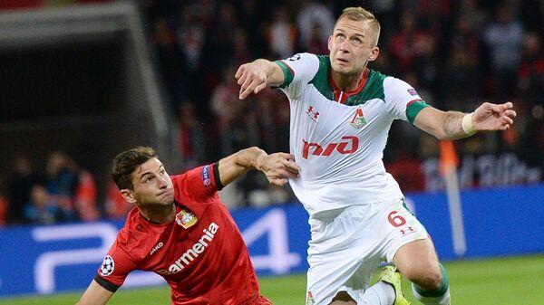 Игрок ФК Локомотив Дмитрий Баринов (справа)