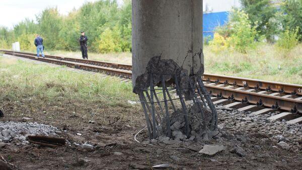 Одна из трех опор автодорожного моста в Луганске, которые были подорваны неизвестными