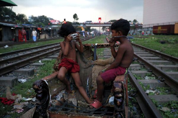Дети играют с фотоаппаратом в Дакке, Бангладеш