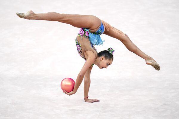 Арина Аверина выполняет упражнения с мячом квалификации индивидуального многоборья на чемпионате мира по художественной гимнастике 2019 в Баку