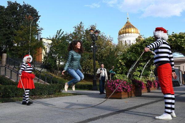 Участники фестиваля циркового искусства Росгорцирка, посвященного 100-летию отечественного государственного цирка, на Бульварном кольце в Москве