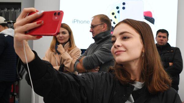 Покупательница в магазине re:Store на Тверской улице в Москве, где начались продажи новых iPhone 11, iPhone 11 Pro и iPhone 11 Pro Max. 20 сентября 2019