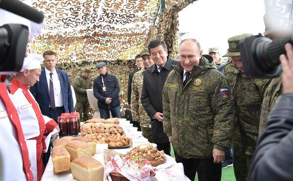 Президент РФ Владимир Путин и президент Киргизии Сооронбай Жээнбеков на полигоне Донгуз, где проходит основной этап стратегического командно-штабного учения Центр-2019