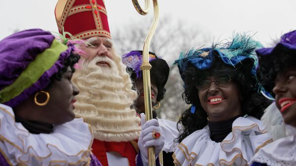 Синтерклаас, голландский Санта-Клаус, в окружении так называемых Черных Питов в Нидерландах