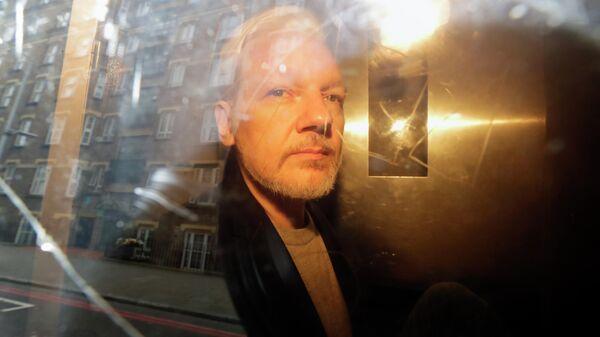 Основатель WikiLeaks Джулиан Ассанж у здания суда в Лондоне, Великобритания