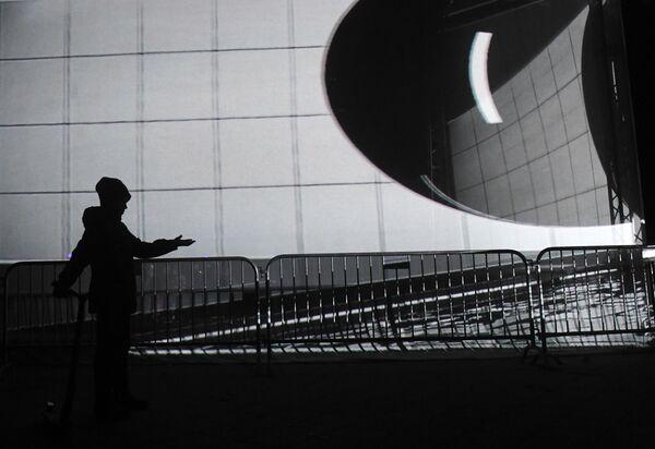 Посетитель на фестивале Круг света 2019 в парке Останкино в Москве