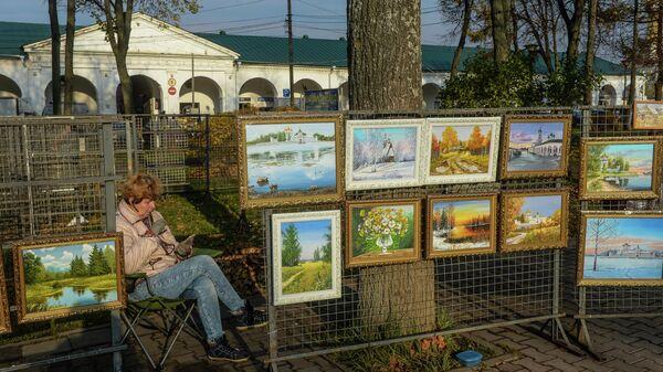 Продажа картин на площади Сусанина в Костроме