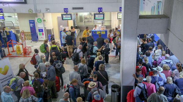 Туристы у стойки компании Thomas Cook в аэропорту острова Крит