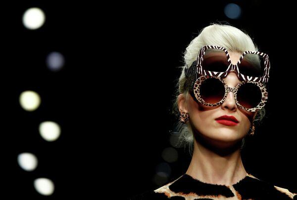 Модель во время показа коллекции Dolce & Gabbana на Неделе моды в Милане