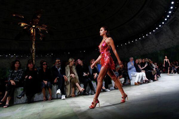 Модель Ирина Шейк  во время показа коллекции Versace на Неделе моды в Милане