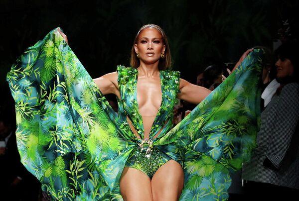 Дженнифер Лопес во время показа коллекции Versace на Неделе моды в Милане