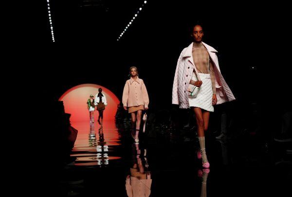 Модели во время показа коллекции Emporio Armani на Неделе моды в Милане