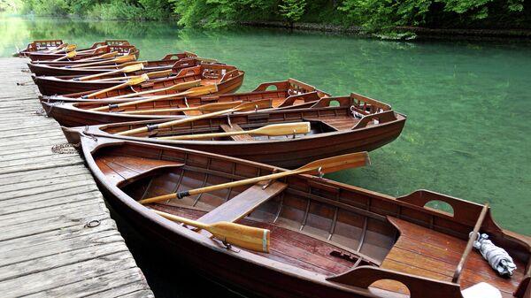 Лодки в национальном парке Плитвицкие озера в Хорватии