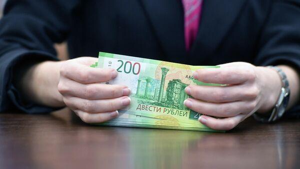 Деньги в руках сотрудницы банка
