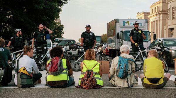 Активисты организаций по защите окружающей среды во время акции по перекрытию дорог в Вашингтоне