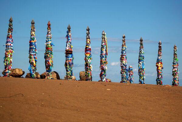13 ритуальных сэргэ на мысе Бурхан острова Ольхон в Иркутской области