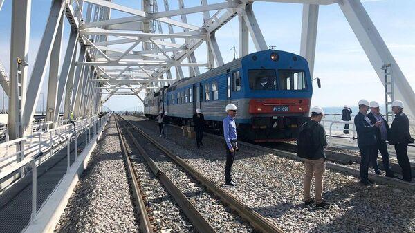 Тепловоз проехал в тестовом режиме по железнодорожной части Крымского моста