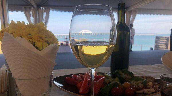 Бокал вина на фоне Крымского моста