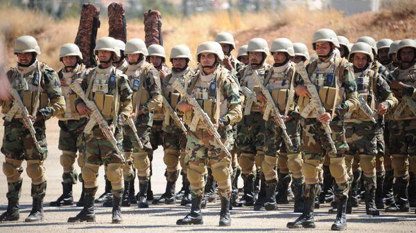 Сирийские военные после обучения российскими военными советниками на военной базе недалеко от Дамаска