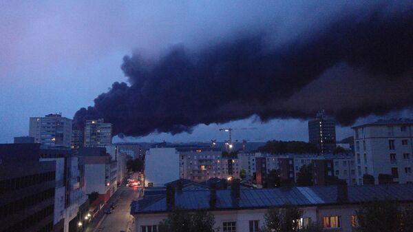 Дым от пожара на заводе  Lubrizol расстилается над городом Руан, Франция. 26 сентября 2019
