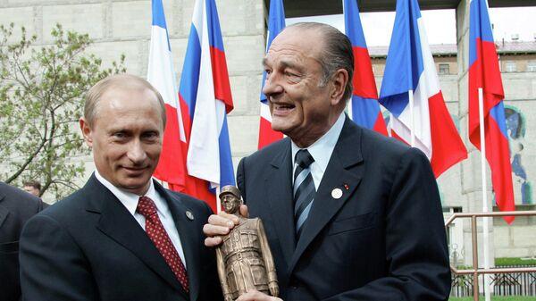 Президент России Владимир Путин и президент Франции Жак Ширак (слева направо) на церемонии открытия памятника генералу Шарлю де Голлю