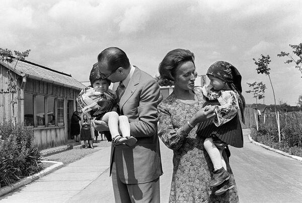 Премьер-министр Франции Жак Ширак, его жена Бернадетт и дети Клод и Лоуренс