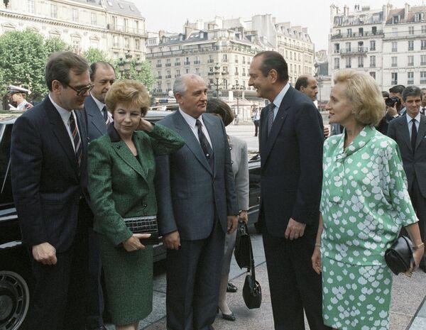 Михаил Горбачев (в центре) и Раиса Горбачева (2 слева) во время встречи с мэром Парижа Жаком Шираком (2 справа)
