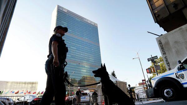 Контрольно-пропускной пункт безопасности у штаб-квартиры Организации Объединенных Наций в Нью-Йорке во время проведения Генеральной Ассамблеи
