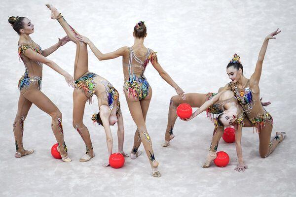 Команда России выполняет упражнение с 5-ю мячами в финале групповой программы на чемпионате мира по художественной гимнастике 2019 в Баку