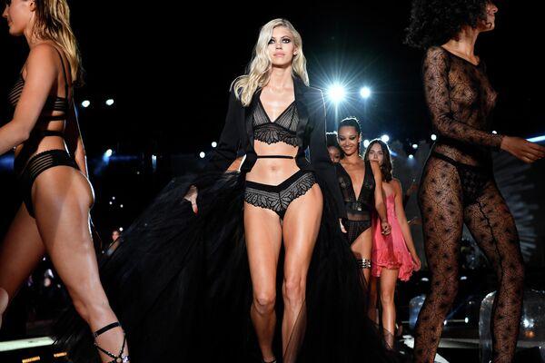 Модели во время показа нижнего белья Etam на неделе моды в Париже